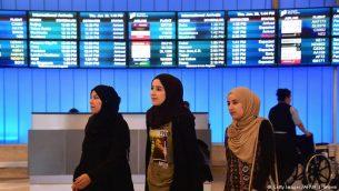 چند مهاجر وارد فرودگاهی در آمریکا می شوند