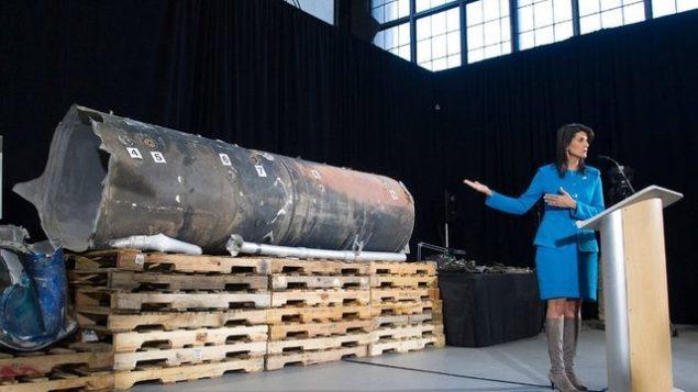 هیلی در حال نمایش لاشه موشک ایرانی