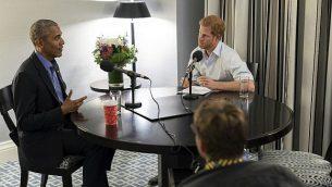 توضیح تصویر: در عکس بدون تاریخ که در ۱۷ دسامبر ۲۰۱۷ منتشر شده، پرنس هاری از بریتانیا (راست) با رئیس جمهور پیشین باراک اوباما مصاحبه میکند