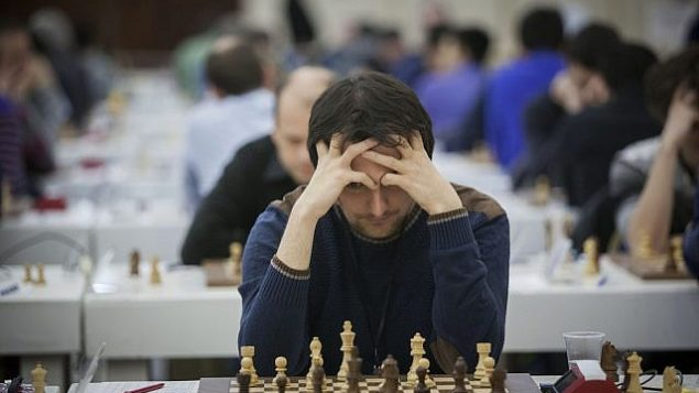 توضیح تصویر: بازیکنان شطرنج حین بازی در دومین روز مسابقات قهرمانی انفرادی اروپا در اورشلیم – ۲۵ فوریه ۲۰۱۵