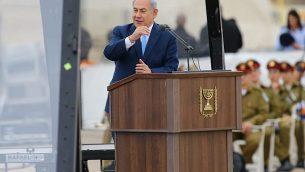 توضیح تصویر: بنیامین نتانیاهو نخست وزیر در مراسم فارغالتحصیلی سربازانی که دورهی آموزشی پرواز را در پایگاه هوایی هاتزریم نیروی هوایی اسرائیل پشت سر گذاشتهاند