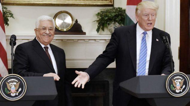 توضیح تصویر: دونالد ترامپ رئیس جمهور اسرائیل (راست) حین اعلام بیانیهای مشترک با محمود عباس رئیس تشکیلات خودگردان فلسطینی در اتاق روزولت کاخ سفید – ۳ مه ۲۰۱۷
