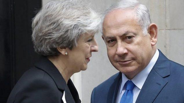 توضیح تصویر: ترزا می نخست وزیر بریتانیا به همراه بنیامین نتانیاهو نخست وزیر اسرائیل در مقابل ساختمان شماره ۱۰ داونینگ استریت لندن – ۲ نوامبر ۲۰۱۷