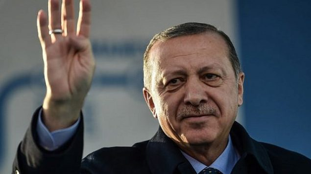 توضیح تصویر: رجب طیب اردوغان رئیس جمهور ترکیه حین سخنرانی در استانبول، با چهارانگشت دست (ربیعه) علامت میدهد – ۱۵ دسامبر ۲۰۱۷