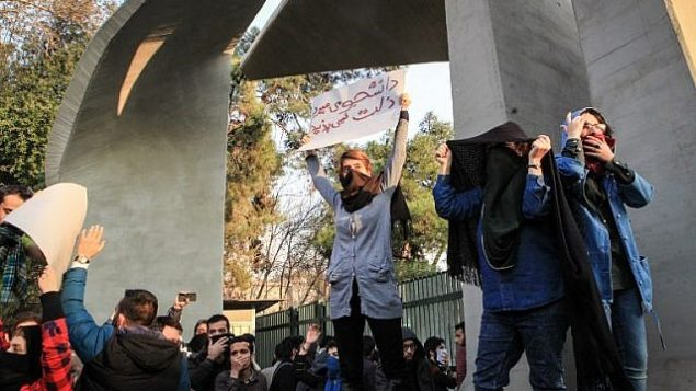 دانشجویان در مقابل دانشگاه تهران