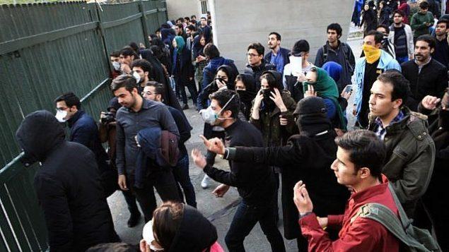 توضیح تصویر: دانشجویان ایرانی در دانشگاه تهران