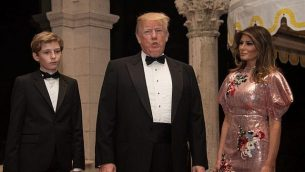 توضیح تصویر: دونالد ترامپ رئیس جمهور ایالات متحده، ملانیا ترامپ بانوی اول، و پسرشان بارون حین ورود به جشن سال نو در تفریحگاه مار-ا-لاگو ی ترامپ در پالم بیچ فلوریدا – ۳۱ دسامبر ۲۰۱۷