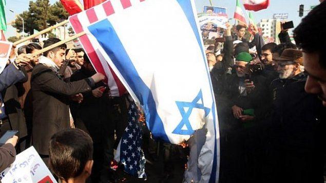 پرچم های آمریکا و اسرائیل توسط حامیان جمهوری اسلامی به آتش کشیده می شود
