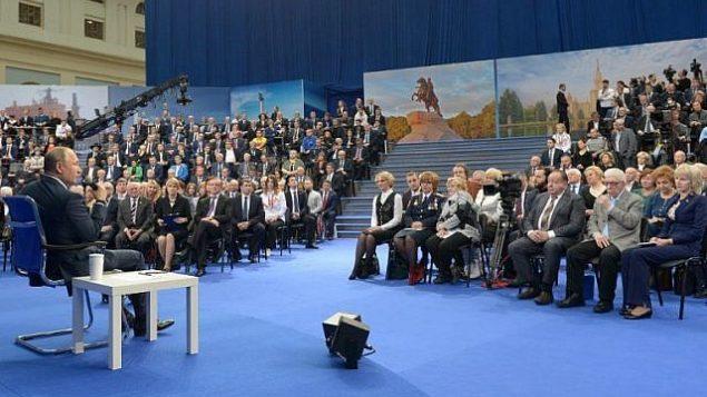 توضیح تصویر: ولادیمیر پوتین رئیس جمهور روسیه در ملاقات با اشخاص مورد اعتماد خود در ۱۸ مارس، پیش از انتخابات ریاست جمهوری در مسکو، ۳۰ ژانویهی ۲۰۱۸ Sputnik/Alexey NIKOLSKY/AFP)