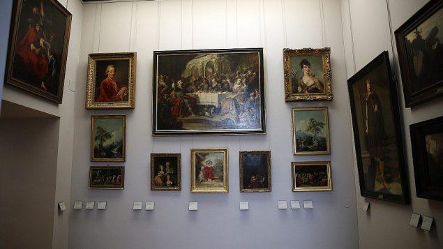 توضیح تصویر: تابلوهای نقاشی که در جنگ جهانی دوم به دست نازیها به سرقت رفت در موزهی لوور پاریس به نمایش گذاشته شد، سهشنبه ۳۰ ژانویه ۲۰۱۸.   (AP Photo/Christophe Ena