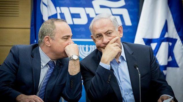 توضیح تصویر: بنیامین نتانیاهو نخست وزیر حین گفتگو با یوآل اشتاینیتز وزیر انرژی در جلسهی لیکود، کنست – ۲۹ مه ۲۰۱۷