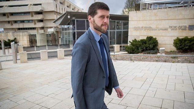 توضیح تصویر: پیوتر کوزلاوسکی معاون سفیر لهستان در اسرائیل، بیرون ساختمان وزارت خارجه در  اورشلیم پس از جلسه با مقامات اسرائیلی، ۲۸ ژانویه ۲۰۱۸. Yonatan Sindel/Flash90))