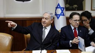 توضیح تصویر: بنیامین نتانیاهو نخست وزیر حین ریاست جلسهی هفتگی کابینه در دفتر اورشلیم، ۲۵ فوریه ۲۰۱۸.  (AFP PHOTO / GALI TIBBON)