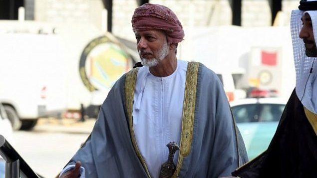توضیح تصویر: یوسف ابن علوی وزیر خارجهی عمان برای شرکت در صد و سی و ششمین نشست عادی شورای همکاریهای خلیج در ۱۵ سپتامبر ۲۰۱۵ وارد ریاض، پایتخت عربستان سعودی میشود.  (AFP Photo/Fayez Nureldine)