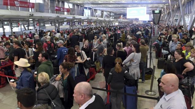 توضیح تصویر: مردم در ایستگاه یکی از پروازهای داخلی فرودگاه، سیدنی، استرالیا، جمع شدهاند و منتظرند تحت بازرسیهای افزوده قرار گیرند، دوشنبه ۳۱ ژوئيه ۲۰۱۸.  (Dean Lewins/AAP Image via AP)