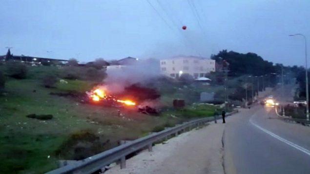 توضیح تصویر: در عکسی که از ویدئوی یهوندا پینتو تهیه شده، بقایای اف ۱۶ اسرائیلی، شعلهور در نزدیکی هاردو۷ در شمال اسرائیل دیده میشود، ۱۰ فوریه ۲۰۱۸. (Yehunda Pinto via AP)
