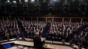 توضیح تصویر: پرزیدنت دونالد ترامپ حین ایراد سخنرانی اتحاد ایالات در کنگره در جلسهی مشترک کنگره در کاپیتول هیل واشنگتن، سهشنبه ۳۰ ژانویه ۲۰۱۸. (AP Photo/Pablo Martinez Monsivais)