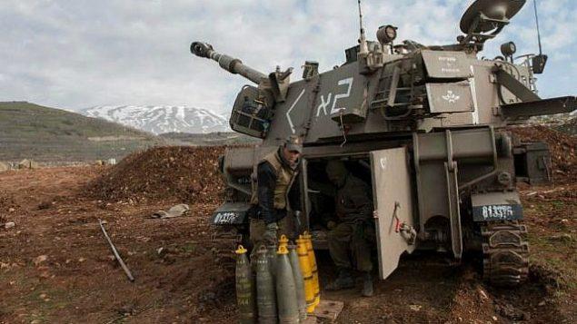 توضیح تصویر: عکس تزئینی – توپخانهی نیروی دفاعی برای چرخاندن آتش به سمت جنوب لبنان در پی حملهی حزبالله به گشت نگهبانی نیروی دفاعی که منجر به قتل دو سرباز در شمال ناحیهی کوه داو، در امتداد مرز اسرائیل و لبنان شد، ۲۸ ژانویه ۲۰۱۵. (Israel Defense Forces)
