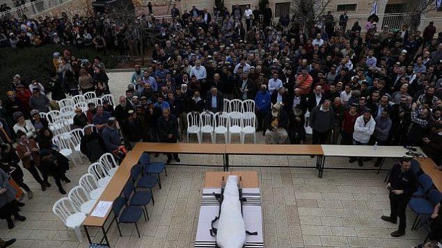 توضیح تصویر: مراسم دفن قربانی ترور، خاخام ایتامار بن-گال در شهرک حار بارخا از کرانهی باختری، ۶ فوریه ۲۰۱۸. (Yonatan Sindel/Flash90