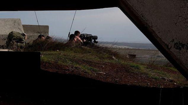 توضیح تصویر: در پی رشتهای از درگیریها با نیروهای سوری و ایرانی در ۱۰ فوریه ۲۰۱۸، سربازان اسرائیلی ناحیهی مرزی با سوریه از پاسگاه نظامی در بلندیهای جولان زیر نظر دارند. (Flash90)