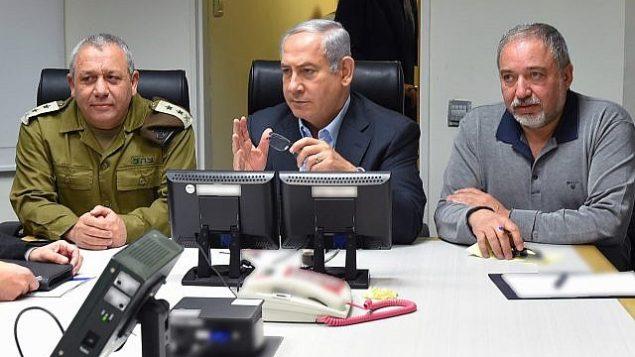 بنیامین نتانیاهو نخست وزیر، وسط، به همراه گادی آیزنکوت رئیس ستاد نیروی دفاعی، چپ، و آویگدور لیبرمن وزیر دفاع، راست، به گزارش زدوخوردهای مرز شمالی گوش میدهد، ۱۰ فوریه ۲۰۱۸. (Ariel Hermoni/Defense Ministry)