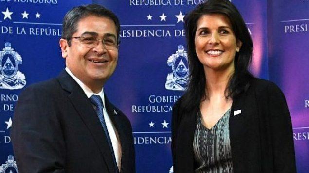 پرزیدنت خوآن اورلاندو هرناندز  رئیس جمهور هندوراس که اخیرا برای دور تازهی به ریاست جمهوری رسیده (چپ)، با نیکی هیلی سفیر ایالات متحده در سازمان ملل دست میدهد، ۲۷ فوریه ۲۰۱۸. (AFP PHOTO / Orlando SIERRA)