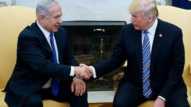 توضیح تصویر: پرزیدنت دونالد ترامپ رئیس جمهور ایالات متحده حین دست دادن با بنیامین نتانیاهو نخست وزیر در اتاق بیضی کاخ سفید، ۵ مارس ۲۰۱۸. (AFP Photo/Mandel Ngan)