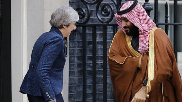 توضیح تصویر: ترزا می نخست وزیر بریتانیا (چپ) حین خوشآمد به ولیعهد عربستان سعودی شاهزاده محمد بن سلمان (راست) مقابل ساختمان شماره ۱۰ داونینگ استریت، مرکز لندن، ۷ مارس ۲۰۱۸.  (AFP PHOTO / Tolga AKMEN)