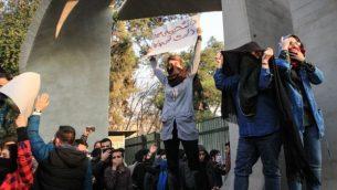 اعتراضات دی ماه مقابل دانشگاه تهران