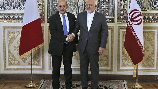 توضیح تصویر: محمدجواد ظریف وزیر خارجهی ایران، راست، و همتای فرانسویاش ژان-ایوس لا دریان در شروع جلسهی خود در  تهران، ایران، در مقابل خبرنگاران دست میدهند، ۵ مارس ۲۰۱۸. (AP Photo/Vahid Salemi)