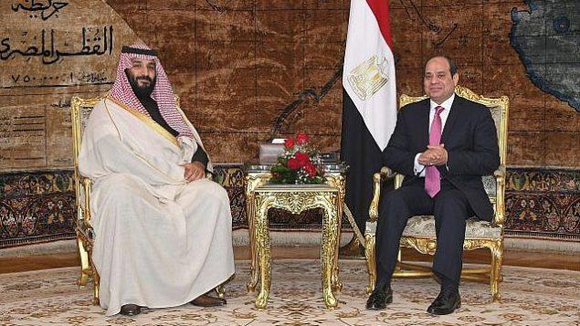 در عکسی از ۴ مارس ۲۰۱۸، که از سوی خبرگزاری رسمی مصر، منا، عرضه شده، عبدالفتاح السیسی رئیس جمهور مصر، راست، و شاهزاده محمد بن سلمان از عربستان سعودی حین ملاقات در قاهره، مصر. (Mohammed Samaha/MENA via AP)