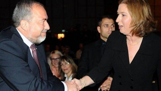 توضیح تصویر: آویگدور لیبرمن (چپ) و تزیپی لیونی حین دست دادن در ژانویه ۲۰۱۳. (Flash90)