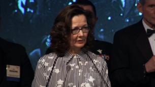 توضیح تصویر: جینا هسبل، مدیر آتی سیا حین ایراد سخنرانی در مراسم شام جوایز ویلیام جی. دونوان در ۲۰۱۷، واشنگتن، ۲۴ اکتبر ۲۰۱۷ . (Screen capture: YouTube)