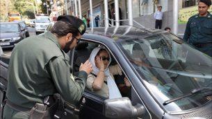 برخورد اهانت بار با زنان در ایران به دلیل نشان داده شدنِ چند تار مو