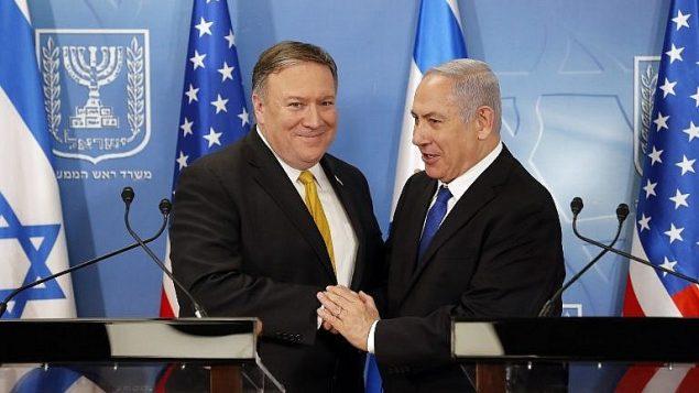 توضیح تصویر: مایک پمپئو (چپ) وزیر خارجهی ایالات متحده پیش از کنفرانس مطبوعاتی در وزارت دفاع، در تل آویو، مورد استقبال بنیامین نتانیاهو نخست وزیر قرار میگیرد، ۲۹ آوریل ۲۰۱۸. .(AFP Photo/Thomas Coex)