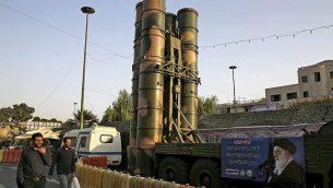 توضیح تصویر: سامانهی دفاع هوایی اس ۳۰۰ ساخت روسیه در  مراسم سالانهی هفتهی دفاع در سی و هفتمین سالگرد جنگ ایران عراق در دههی ۱۹۸۰، در میدان بهارستان تهران، ایران به نمایش گذاشته شده، یکشنبه، ۲۴ سپتامبر ۲۰۱۷. (AP Photo/Vahid Salemi)