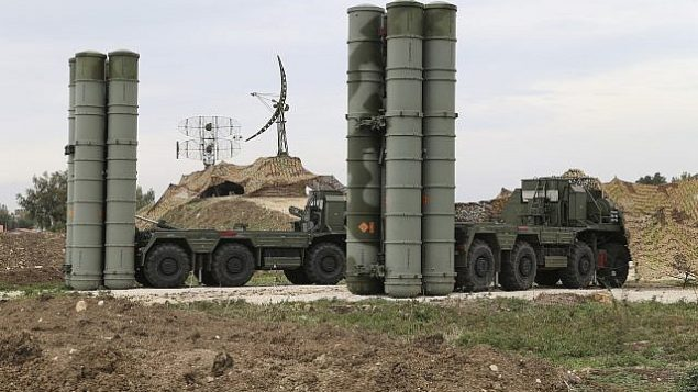 توضیح تصویر: عکس تزئینی از سامانهی موشکی دفاع هوایی دور برد اس ۴۰۰ که در پایگاه هوایی حمیمیم سوریه، بکار میرود، ۱۶ دسامبر ۲۰۱۵. (Vadim Savitsky/Russian Defense Ministry Press Service via AP)