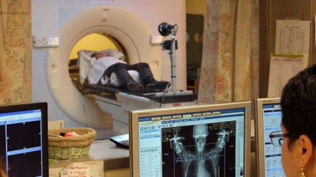 توضیح تصویر: زنی مبتلا به سرطان پستان هنگام دریافت سیتی اسکن. (Chen Leopold/FLASH90)