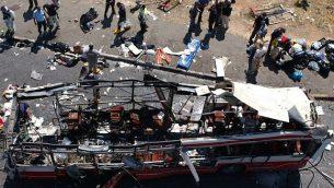 توضیح تصویر: پلیس و پارا پزشکان در حال تجسس محل، پس از آنکه بمبانداز انتحاری در انتفاضهی دوم، در نزدیکی اتوبوسی در ساعات پر رفتوآمد در نزدیکی محلهی گیلو خود را منفجر نمود، ۱۸ ژوئن ۲۰۰۲.  (Flash90/File)