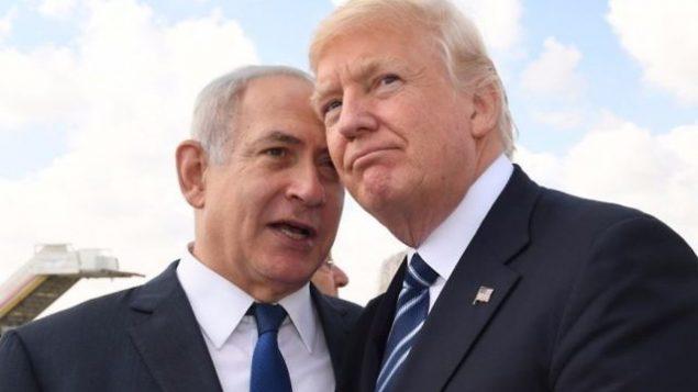 توضیح تصویر: بنیامین نتانیاهو نخست وزیر، چپ، و  دونالد ترامپ رئیس جمهور ایالات متحده، راست، در فرودگاه بینالمللی بن گوریون، اندکی پیش از خروج ترامپ از اسرائیل، ۲۳ مه ۲۰۱۷.  (Koby Gideon/GPO)