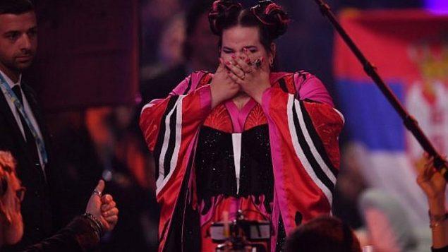 توضیح تصویر: نتا بارزیلای خوانندهی اسرائیلی معروف به نتا، پس از شنیدن این خبر که برندهی نهایی شصت و سومین دور مسابقات آواز یورویژن ۲۰۱۸ در آرینای آلتیس لیسبون، ۱۲ مه ۲۰۱۸.  (AFP/Francisco LEONG)