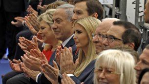 توضیح تصویر: بنیامین نتانیاهو نخست وزیر، دوم از چپ، همسر وی سارا نتانیاهو، چپ، جراد کوشنر مشاور ارشد کاخ سفید، سوم از چپ، ایوانکا ترامپ دختر رئیس جمهور ایالات متحده، وسط، استیو مانچین وزیر خزانهداری، راست، دیوید فریدمن سفیر ایالات متحده، دوم از راست در مراسم گشایش سفارت ایالات متحده در اورشلیم، ۱۴ مه ۲۰۱۸. میریام ادلسون، جلو صف. (MENAHEM KAHANA/AFP)