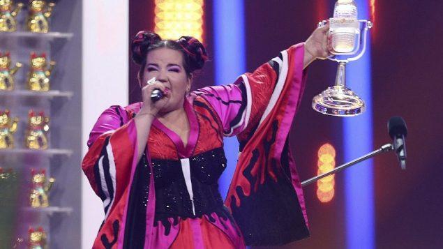 توضیح تصویر: نتا بارزیلای اسرائیل، پس از آن که اعلام شد برندهی مسابقهی آواز یورویژن لیسبون شده است، ۱۲ مه ۲۰۱۸. (AP Photo/Armando Franca)