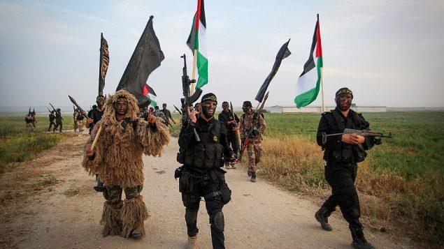 توضیح تصویر: تروریستهای جهاد اسلامی فلسطینی حین مانور نظامی در نزدیکی مرز با اسرائیل، شرق شهر خان یونس در جنوب نوار غزه، ۲۷ مارس ۲۰۱۸. (Abed Rahim Khatib/ Flash90)