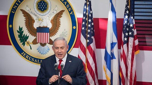 توضیح تصویر: بنیامین نتانیاهو نخست وزیر حین گفتگو در مراسم رسمی گشایش سفارت ایالات متحده در اورشلیم، ۱۴ مه ۲۰۱۸. (Yonatan Sindel/Flash90)
