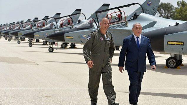 توضیح تصویر: بنیامین نتانیاهو نخست وزیر به همراه ژنرال پلیگ نیگو فرماندهی نیروی هوایی پایگاه تل نوف اسرائیل قدم میزند، ۲۳ مه ۲۰۱۸. (Kobi Gideon/GPO
