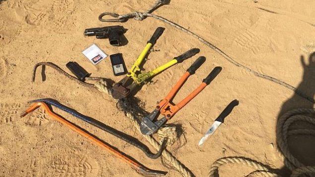 توضیح تصویر: طپانچه، چاقو، دیلم، و ابزار سیمبری که از هشت مظنون تروریستی حماس کشف شده؛ ارتش میگوید این هشت تن  ۱۴ مه ۲۰۱۸ در نواحی شمالی نوار غزه به روی لشکریان اسرائیلی آتش گشودهاند. (Israel Defense Forces)