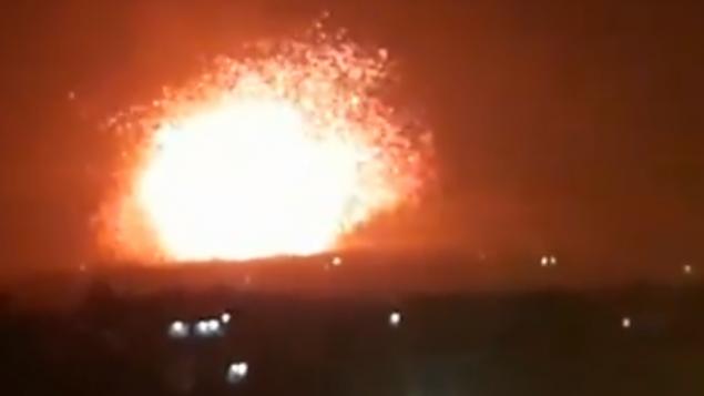 توضیح تصویر: انفجاری در تصویر دیده میشود از پایگاه نظامی منتسب به شبهنظامیان تحت حمایت ایران در حومهی حما، شمال سوریه، ۲۹ آوریل ۲۰۱۸. (Screen capture; Facebook)