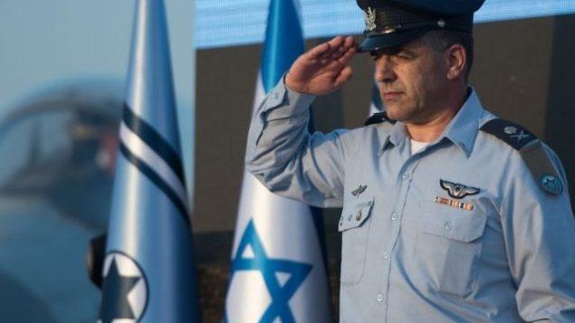 توضیح تصویر: ژنرال آمیکام نورکین فرمانده نیروی هوایی اسرائیل حین سلام نظامی در مراسمی در پایگاه هوایی  تل نوف، ۱۴ اوت ۲۰۱۷. (Israel Defense Forces)