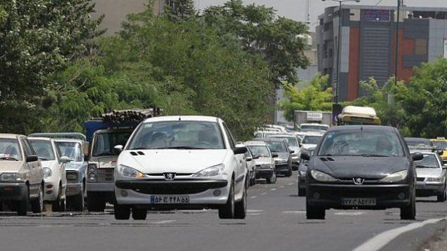 توضیح تصویر: ایرانیها با پژوی ۲۰۶ تولید ایران در خیابانهای تهران، ۲۴ ژوئیه ۲۰۱۲.  (AFP PHOTO/ Atta KENARE/ File)